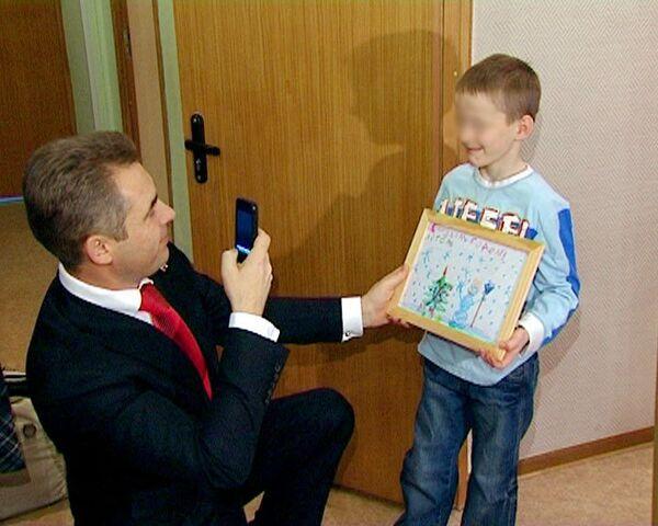 Астахов поздравил возвращенного из США Артема Савельева с Новым годом