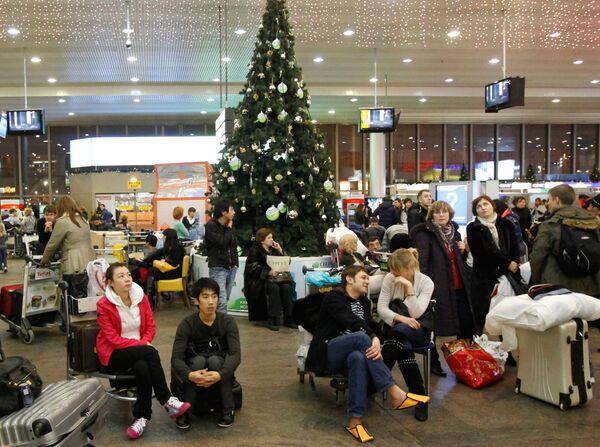 Пассажиры в аэропорту Шереметьево. Архив