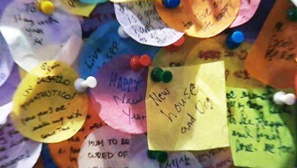 Американцы оставляют на Стене желаний записки о мире и согласии