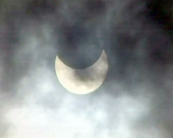 Луна закрыла Солнце на 80% во время первого в 2011 году затмения