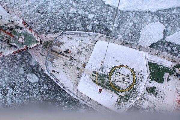 Ледоколы Красин и Адмирал Макаров в Охотском море выводят из ледового плена суда