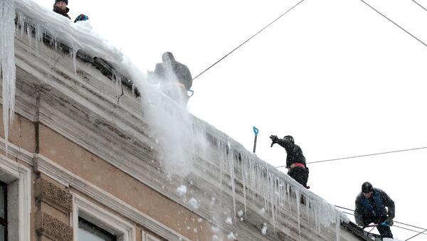 Уборка снега на улицах Санкт-Петербурга. Архив