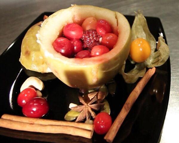 Яблоко, запеченное с ягодами и орехами. Видеорецепт