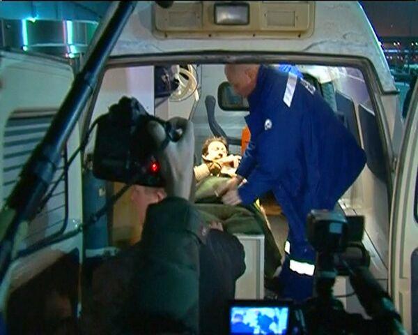 Эвакуация пострадавшего во время взрыва в аэропорту Доможедово