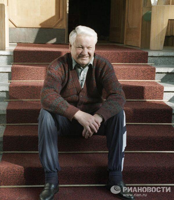 Президент РФ Б. Ельцин сидит на крыльце