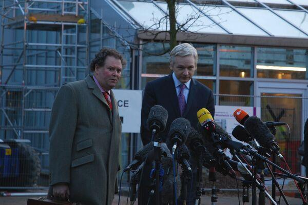 Джулиан Ассанж, подход к прессе после экстрадиционных слушаний в суде Белмарш, Лондон, 7 февраля 2011 года.
