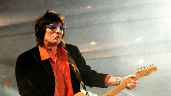 Гитарист рок-группы Ролинг Стоунз Рони Вуд. Архивное фото