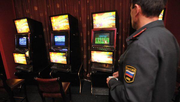 Сотрудник милиции в нелегальном игровом клубе
