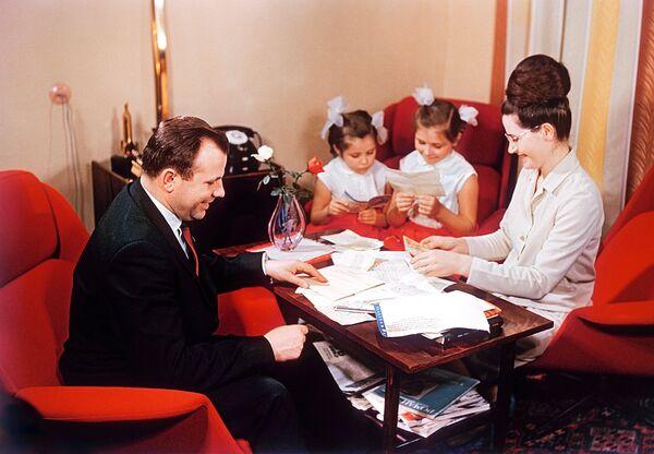 Летчик-космонавт СССР Юрий Гагарин с женой и дочерьми разбирает почту. 1967 г.