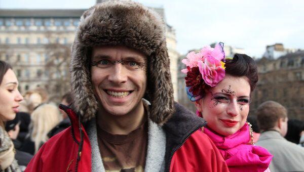 Празднование Масленицы на Трафальгарской площади в Лондоне. Посетители фестиваля