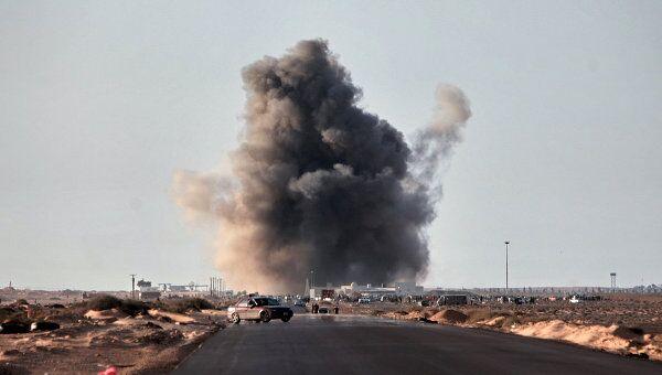 Взрыв ракеты, выпущенной истребителем, в городе Рас-Лануф. Архив