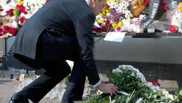 Глава МИД РФ возложил цветы к стенам посольства Японии в Москве