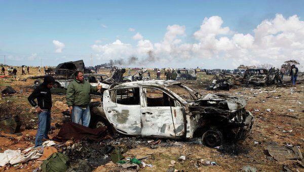 Последствия авиаудара по силам Каддафи на южной окраине Бенгази