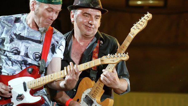 Участники группы Чайф Владимир Шахрин (справа) и Владимир Бегунов, архивное фото