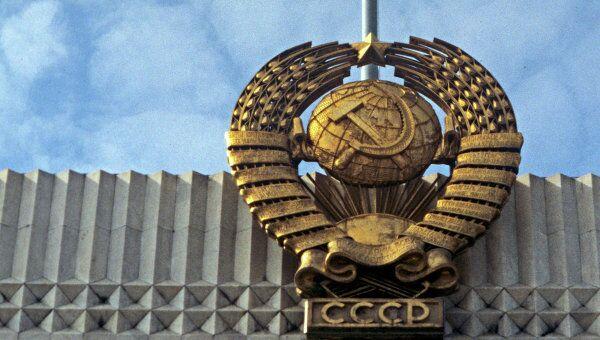 Государственные флаг и герб СССР. Архивное фото