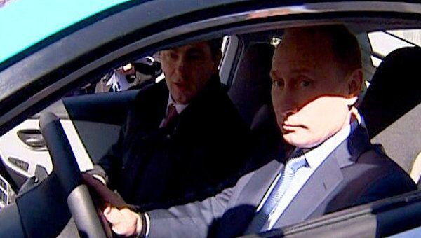 Путин сел за руль Ё-мобиля и поехал показывать его Медведеву