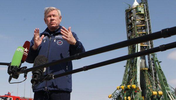 Руководитель Федерального космического агентства Анатолий Перминов отвечает на вопросы журналистов во время пресс-конференции перед запуском космического корабля Союз ТМА-21 Гагарин