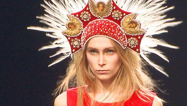 Сказочные кокошники и универсальные наряды на закрытии Недели моды