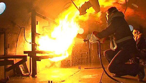 Подводников Северного флота учат тушить пожары в замкнутом пространстве