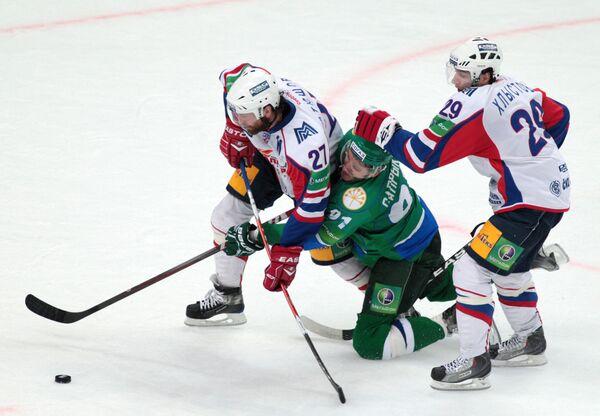 Игровой момент матча Салават Юлаев - Металлург. Архив