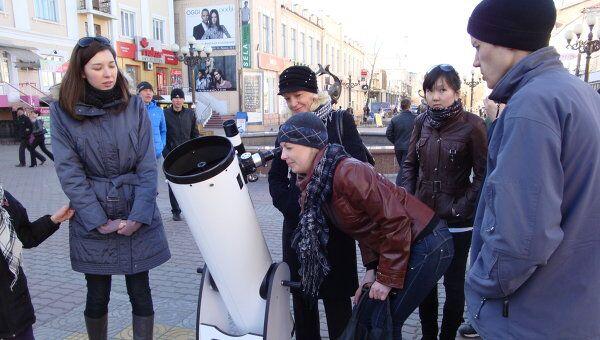Бурятские астрономы показывают желающим Солнце и Луну, установив телескопы на тротуары
