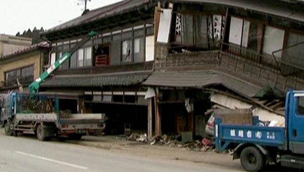Японцы пытаются найти памятные вещи в разрушенных землетрясением домах