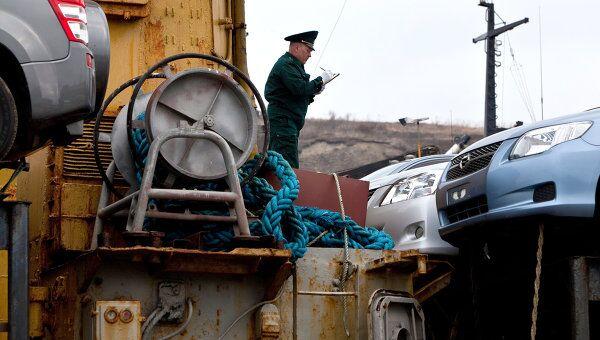 Проверка на радиацию машин, поступающих из Японии, в Сахалинской области. Архив