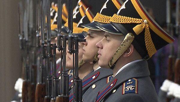 Солдаты кремлевского полка вышли на развод караулов в форме 19 века
