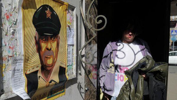 Переулок в центре Москвы обклеили плакатами с Никитой Михалковым