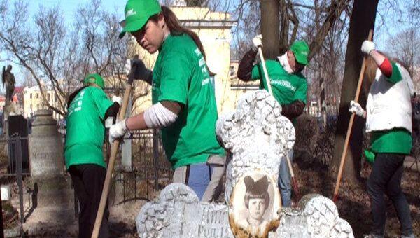 Журналисты Петербурга навели порядок на Литераторских мостках