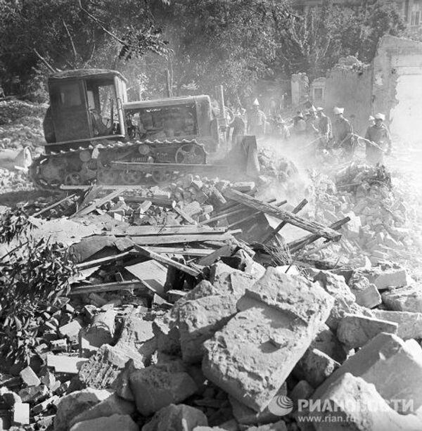 Землетрясение 1966 года в Ташкенте. Бригады студентов и рабочих на уборке развалов и расчистке улиц