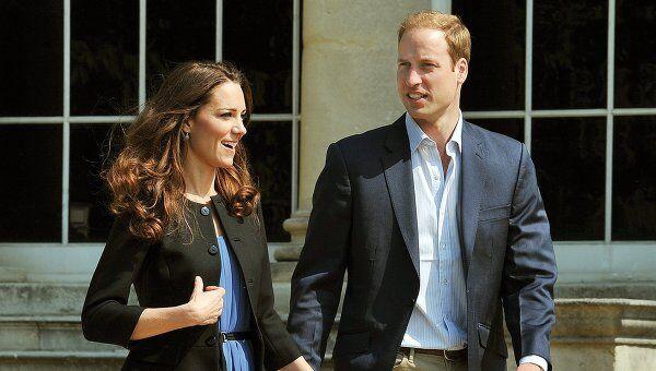 Принц Уильям и Кейт Миддлтон покидают Букингемский дворец