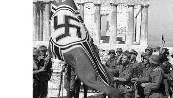 Нацистский флаг, сорванный  с Акрополя в 1941 году. Архивное фото