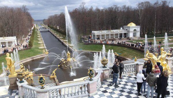 Большой каскад - главное сооружение грандиозного фонтанного комплекса Государственного музея-заповедника Петергоф.