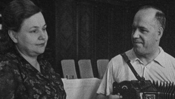 Жуков исполняет песню Темная ночь вместе с дочерью Эрой. Видеоархив