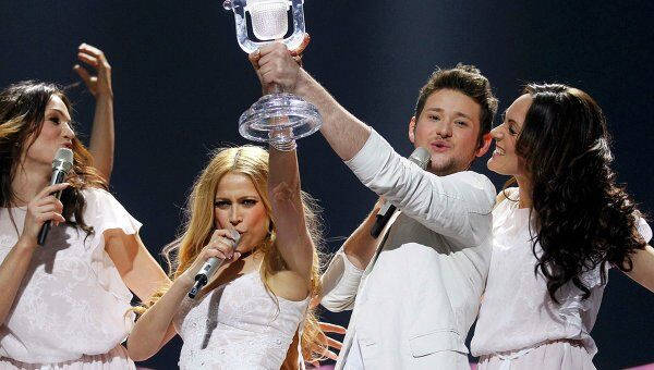 Элл и Никки из Азербайджана выиграли Евровидение-2011 в Германии.