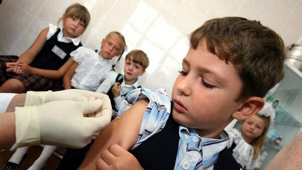 Вакцинация школьников от гриппа, архивное фото