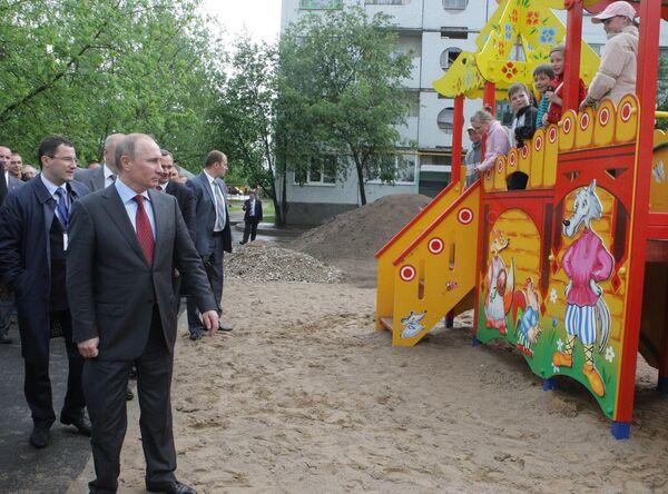 Премьер-министр РФ Владимир Путин осмотрел придомовые территории в Пскове