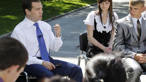 Медведев ответил на недетские вопросы выпускников-сирот