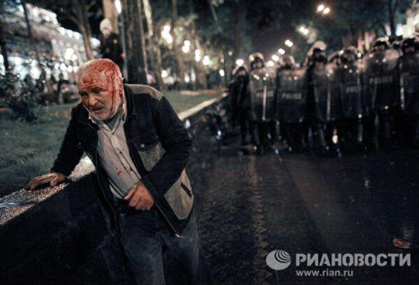 Участник акции протеста грузинской оппозиции во время беспорядков на проспекте Руставели в Тбилиси