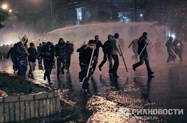 Участники акции протеста грузинской оппозиции во время беспорядков на проспекте Руставели в Тбилиси