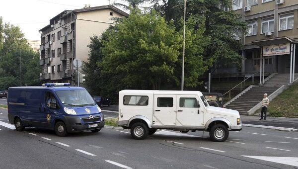 Полицейский конвой с Ратко Младичем возле здания Специального суда в Белграде