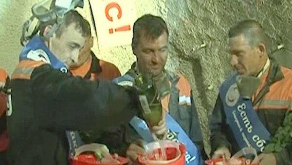 Сбойку тоннеля на участке Сочи-Адлер отметили шампанским из касок