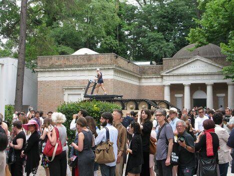 У павильона США на Веенцианской биеннале