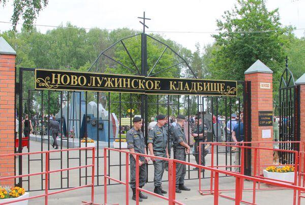 Похороны бывшего полковника Юрия Буданова на Новолужинском кладбище в подмосковных Химках