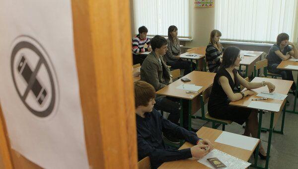 Сдача ЕГЭ в московской школе. Архив
