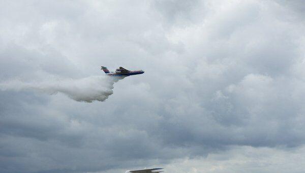 Российский самолет-амфибия Бе-200 осуществляет сброс воды в ходе демонстрационного полета