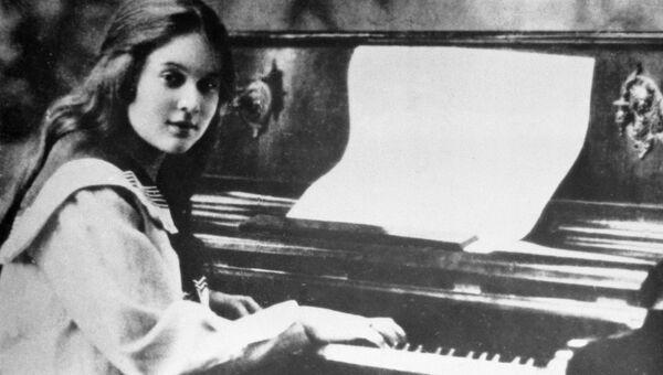 Юная Любовь Орлова за фортепиано