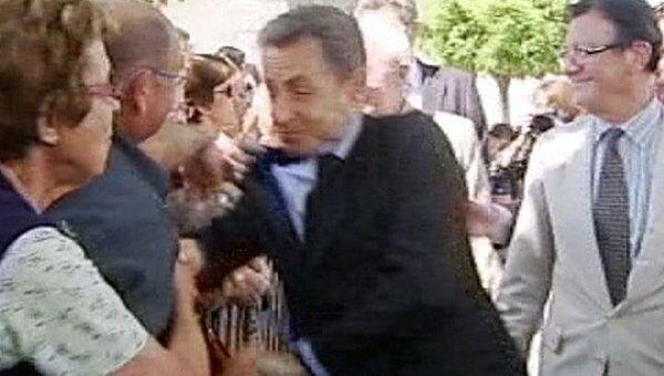 Хулиган схватил за пиджак Николя Саркози, протестуя против операции в Ливии
