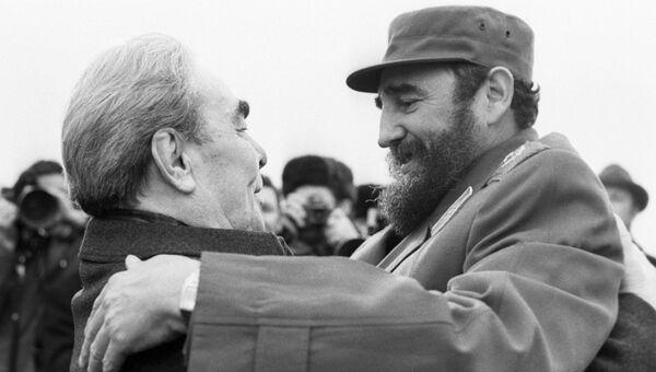 Леонид Брежнев и Фидель Кастро в аэропорту Внуково